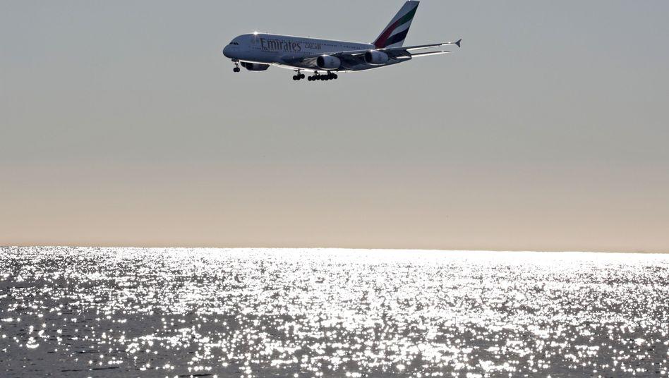 A380 von Emirates über dem Meer