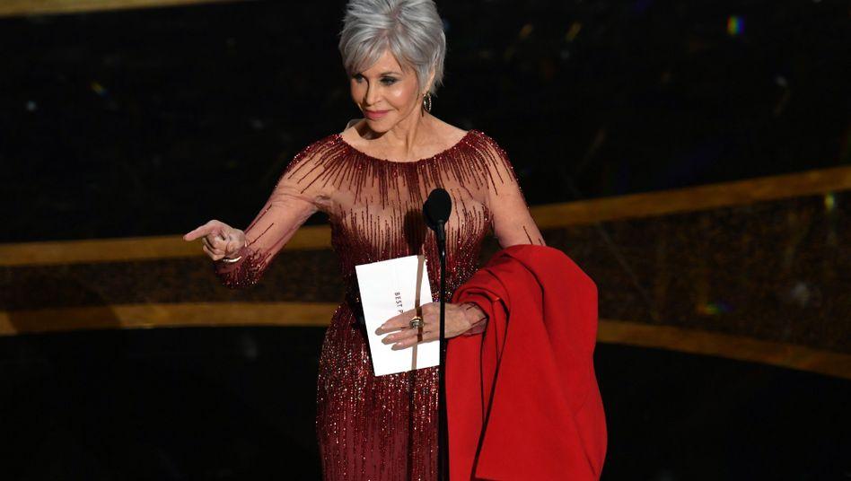 """Jane Fonda mit dem letzten und wichtigsten Umschlag der Oscars: dem mit dem Gewinner """"Bester Film"""""""