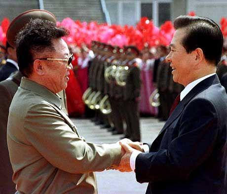 Historischer Händerdruck: Nordkoreas Machthaber Kim Jong II begrüßt Südkoreas Staatschef Kim Dae Jung