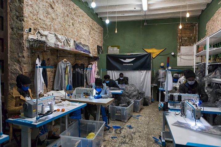 In einigen der Nähstuben der Manteros wurden im vergangenen Jahr Mundschutzmasken genäht