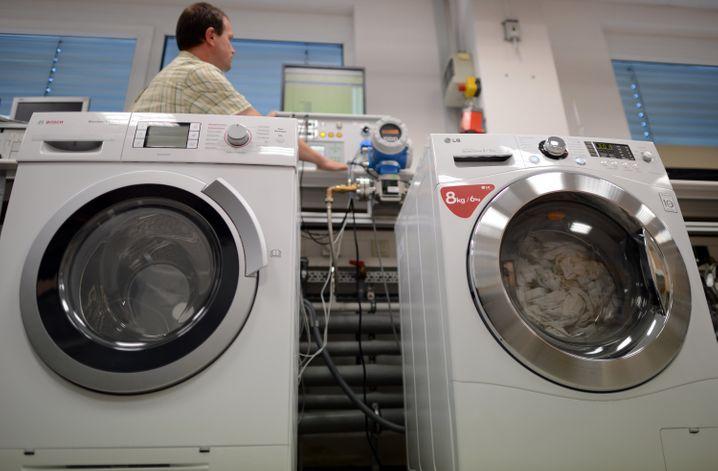 Waschmaschinen in einem Prüflabor der Stiftung Warentest