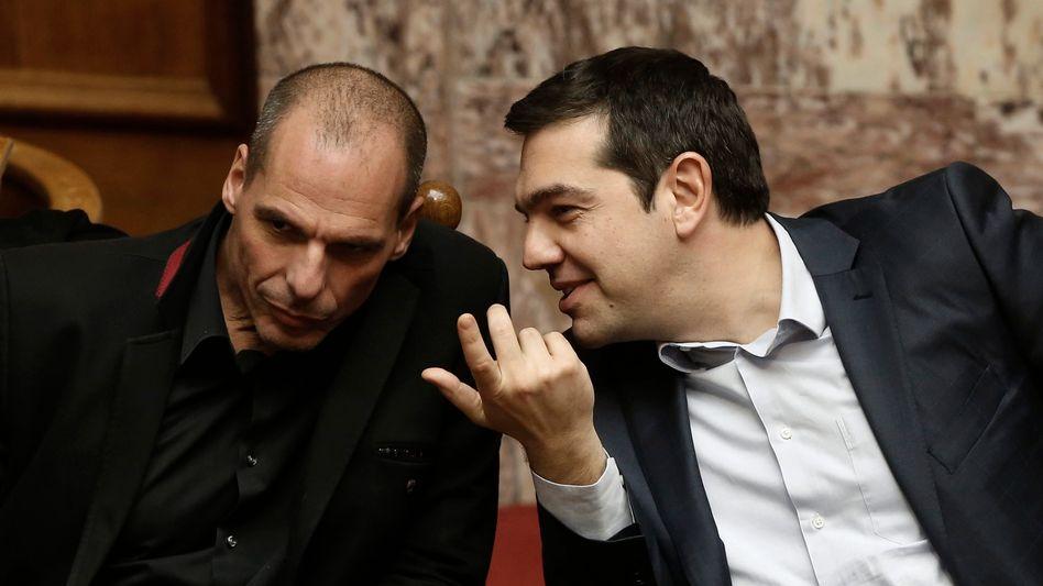 Griechische Politiker Tsipras (r.), Varoufakis: Sorgen für Ratlosigkeit