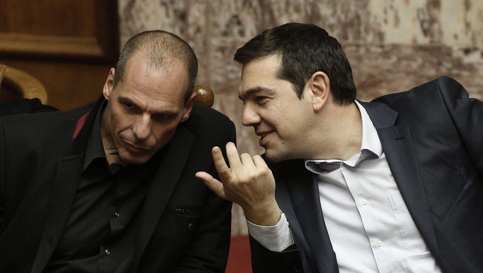 Premier Tsipras (r.) mit Finanzminister Varoufakis: Zärtliche Chaoten