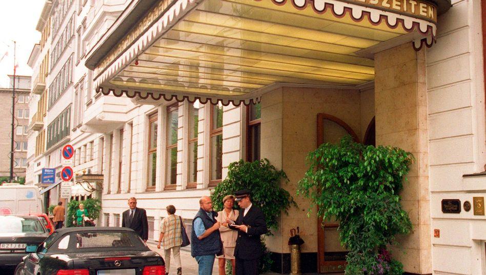 Eingang zum Hotel Vier Jahreszeiten in Hamburg: Exklusive Lage an der Binnenalster