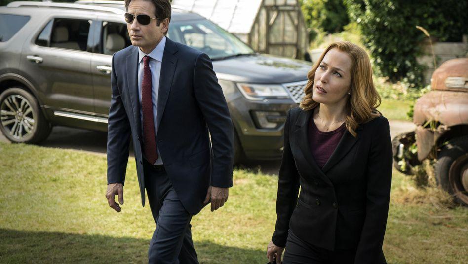 Fox Mulder (David Duchovny, l.) und Dana Scully (Gillian Anderson)