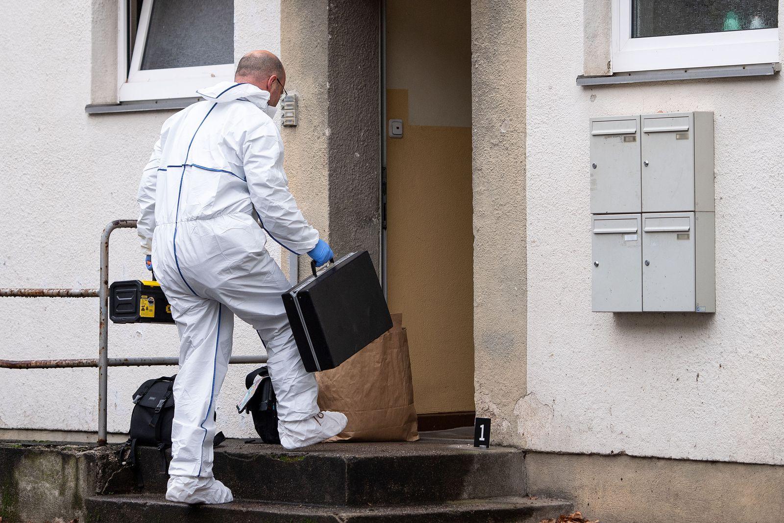 Hausbewohner sticht auf Stadt-Mitarbeiter ein - Ein Toter