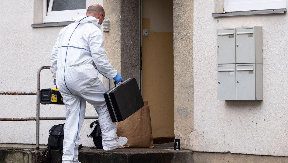 Ein Polizist der Spurensicherung betritt das Haus, in dem ein Mitarbeiter der Stadt Köln getötet wurde
