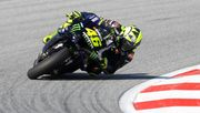 Rossi im Glück, zwei gestürzte Maschinen fliegen knapp vorbei
