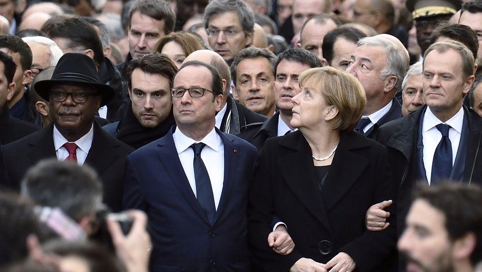 Platz da, ich bin wichtig: Nicolas Sarkozy hinter den Regierungschefs und Würdenträgern beim Trauermarsch in Paris