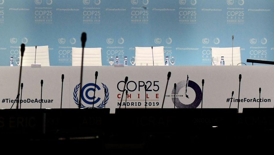 Leeres Podium bei der Klimakonferenz in Madrid: Streit um die Abschlusserklärung