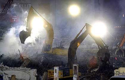 Wochenlang hofften Rettungsmannschaften auf ein Wunder. Inzwischen werden am Ground Zero Tag und Nacht mit schwerem Gerät Trümmer beseitigt.