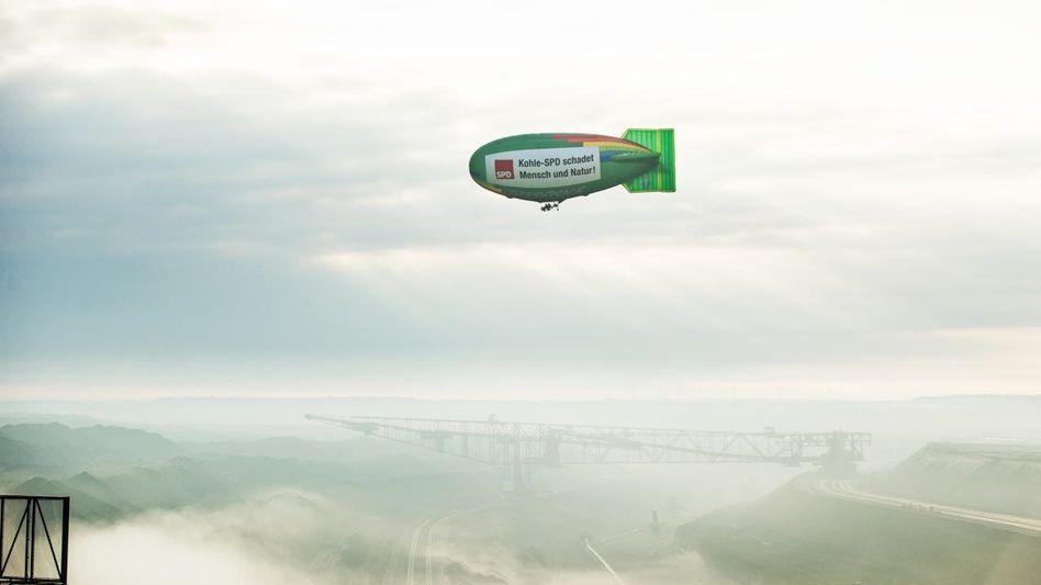 Greenpeace-Luftschiff über dem Braunkohletagebau Welzow-Süd