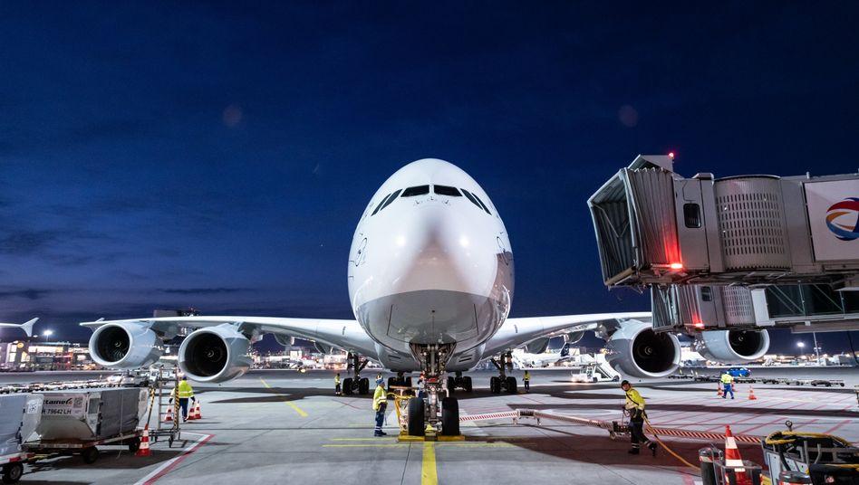 """Der A380 mit der Kennung D-AIMM und dem Taufnamen """"Delhi"""" nach seiner Landung am Frankfurter Flughafen"""