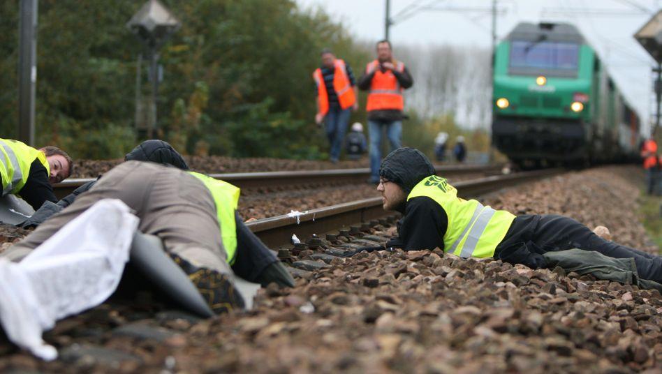 Castor-Blockade in Frankreich: Atomgegner haben sich an die Gleise gekettet
