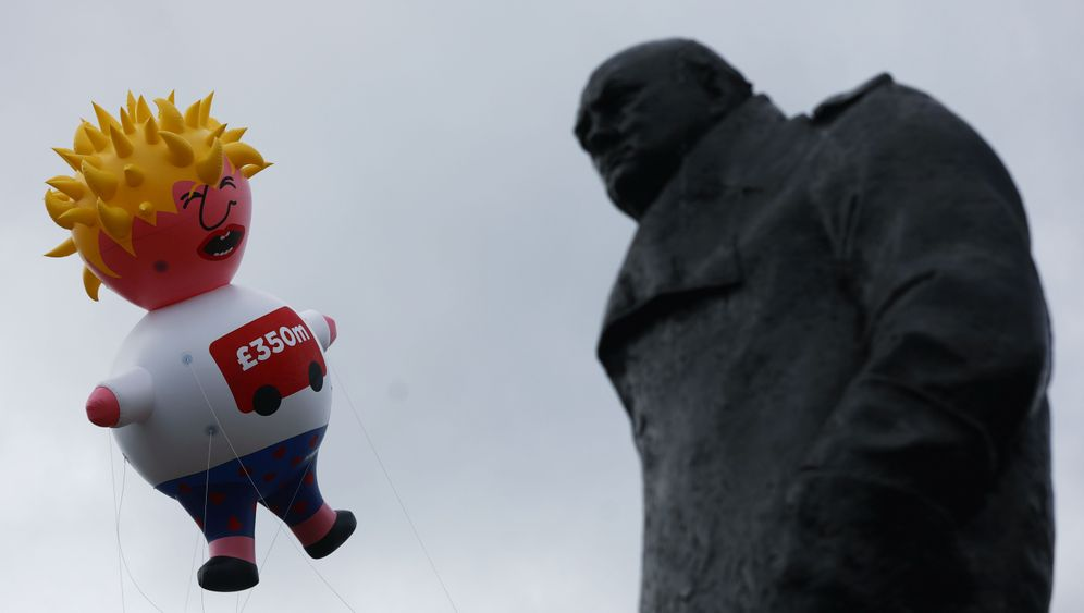 "Proteste gegen Boris Johnson: ""Baby Blimp"""