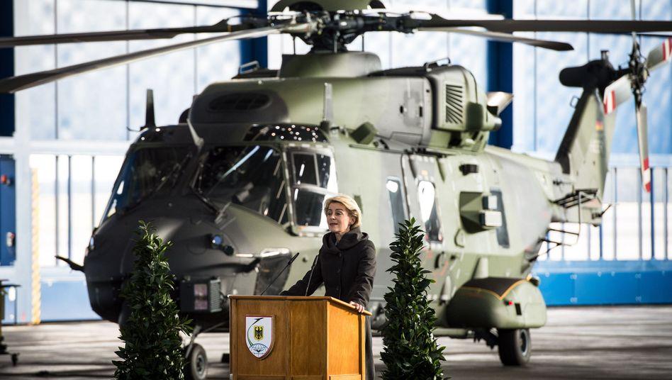 Bundesverteidigungsministerin Ursula von der Leyen und der Transporthubschrauber NH90 (Archiv)