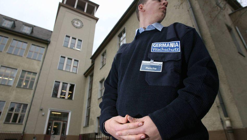 """Bewachte Schule in Berlin: """"Literatur kann ein leichterer Zugang sein"""""""