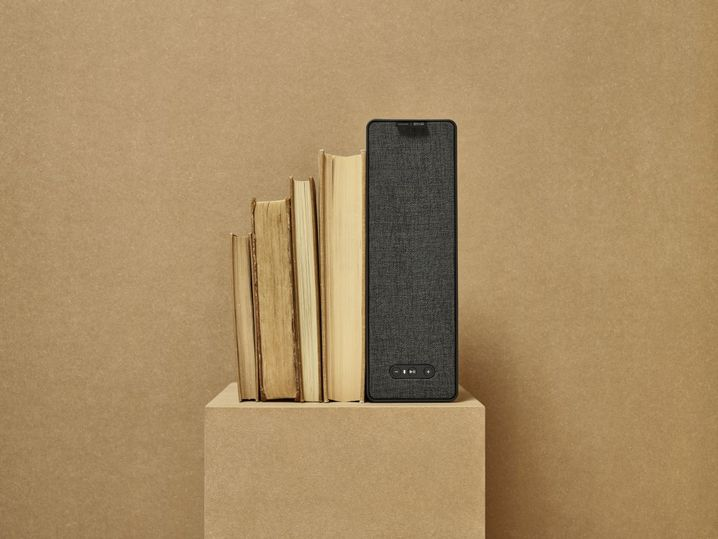 Rechts der Symfonisk-Regallautsprecher von Ikea, links alte Bücher