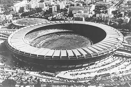 """Maracana (Rio de Janeiro, rund 100.000 Plätze, 1950 eröffnet) Geschichte: Das Stadion der Superlative. Am 16.Juli 1950 sollen hier rund 200.000 Zuschauer das letzte Spiel der Fußball-WM zwischen Brasilien und Uruguay (1:2) verfolgt haben. Angeblich liegt die heutige Kapazität bei rund 100.000 Plätzen, aber auch bei dieser Zahl widersprechen sich die Quellen. """"Es gibt drei Stadien in der Welt, wo du gespielt haben musst: das ist das Bernabéu in Madrid, das San Siro in Mailand und natürlich das Maracana in Rio de Janeiro"""", urteilte einst Franz Beckenbauer Bildmotiv: Riesiges Rund - das legendäre Maracana Offizielle Homepage: Maracana-Stadion"""