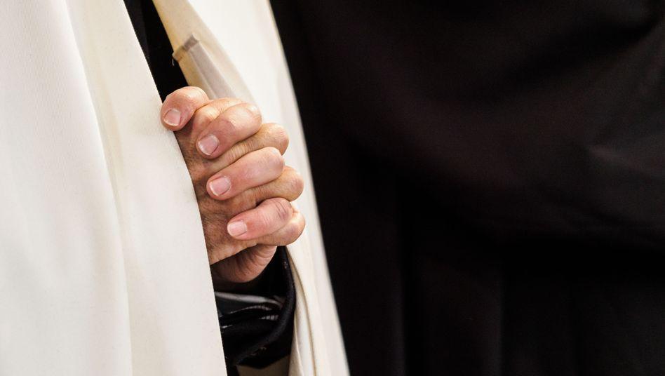 Betender katholischer Geistlicher