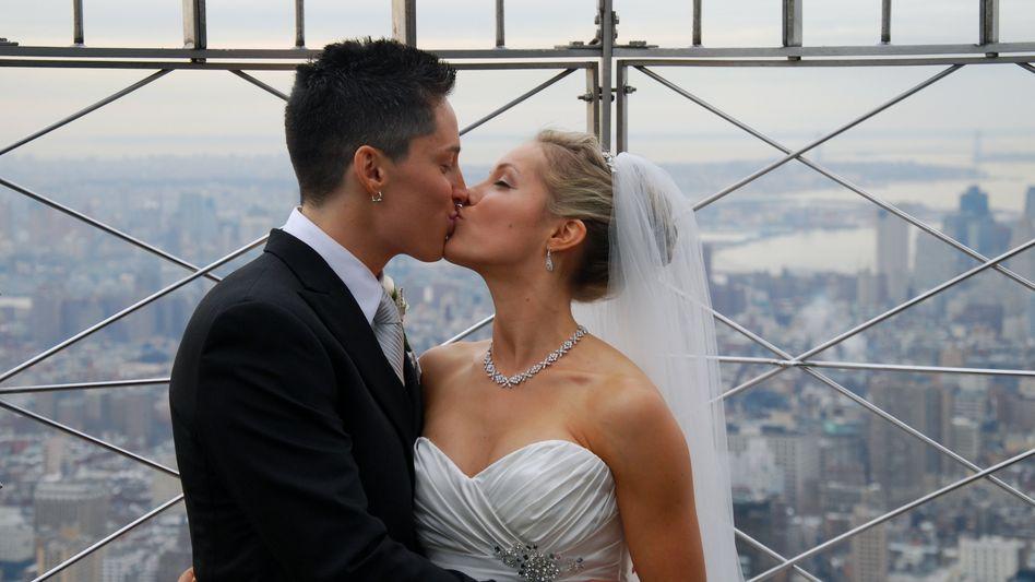 Ja, sie wollen: Das Hochzeitspaar auf der Aussichtsplattform des Empire State Building