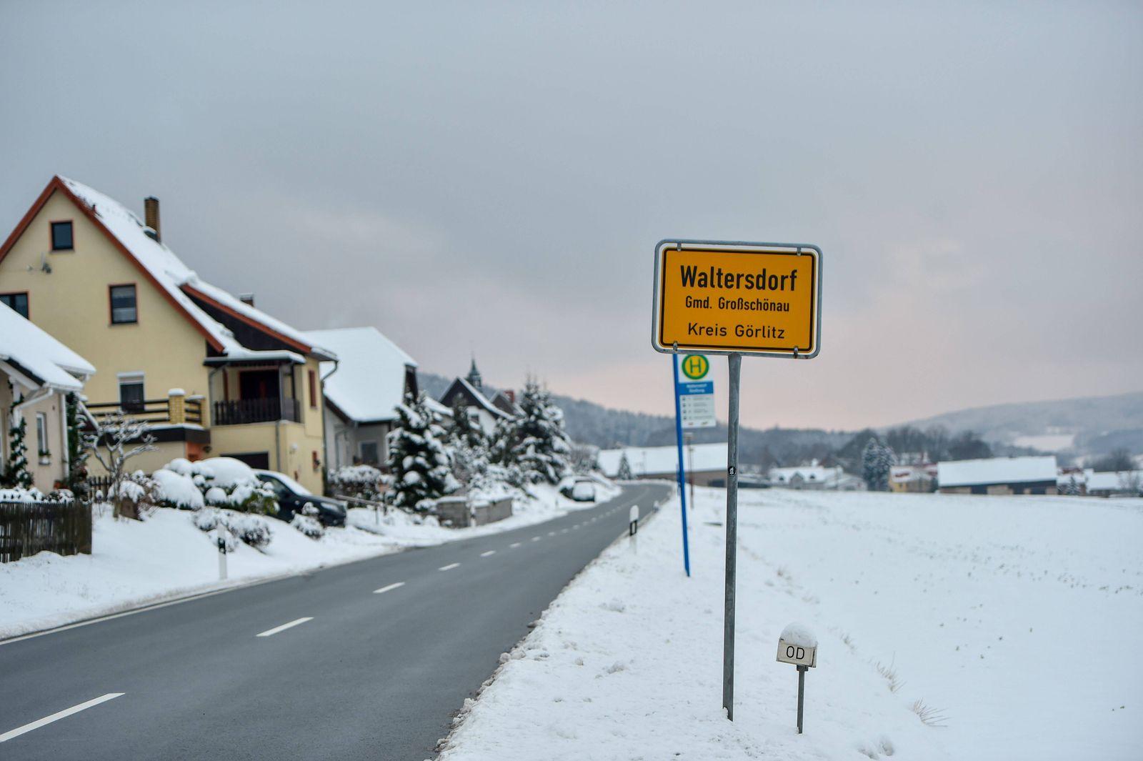 Waltersdorf- Personengruppe am Grundstück des Ministerpräsidenten 10.01.2021, 10:30 Uhr Waltersdorf Fotograf: LausitzNew