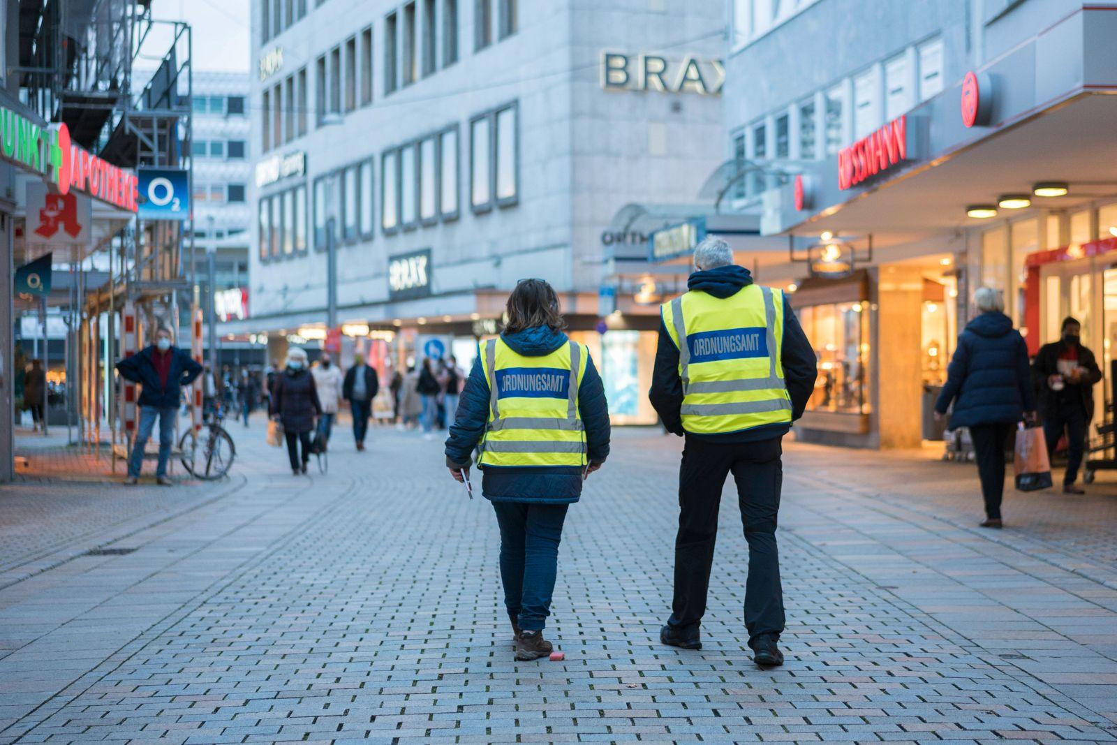 Streife des Ordnungsamts Streife des Ordnungsamts überwacht die Einhaltung derr Maskenpflicht in der Niederstraße in de