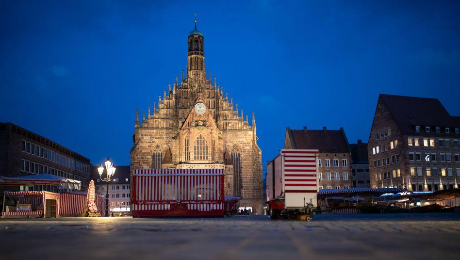 Niemand auf dem Marktplatz: In Bayern gelten am Samstag Ausgangsbeschränkungen
