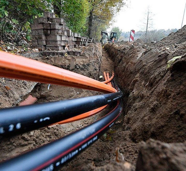 Die Leerrohre und Kabel unter die Erde zu bekommen, ist gar nicht so einfach. Dafür müssen Bauarbeitende nämlich ganz schön tief buddeln. Mindestens einen halben Meter, damit Bodenfrost die Leitungen nicht mehr beschädigen kann.
