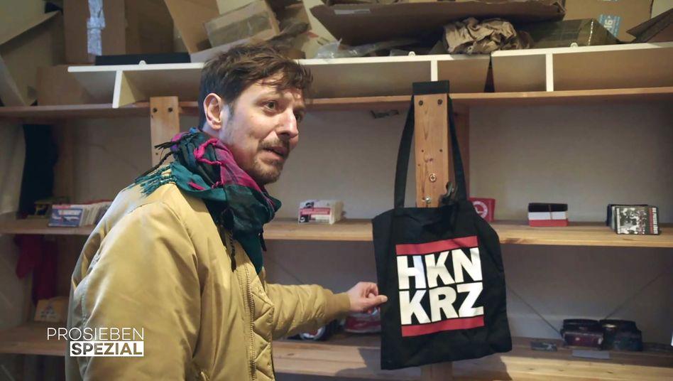 """""""HKNKRZ? Da stehen Buchstaben!"""": Journalist Thilo Mischke in einem Merchandising-Raum einer extremistischen Kleinstpartei aus Dortmund"""
