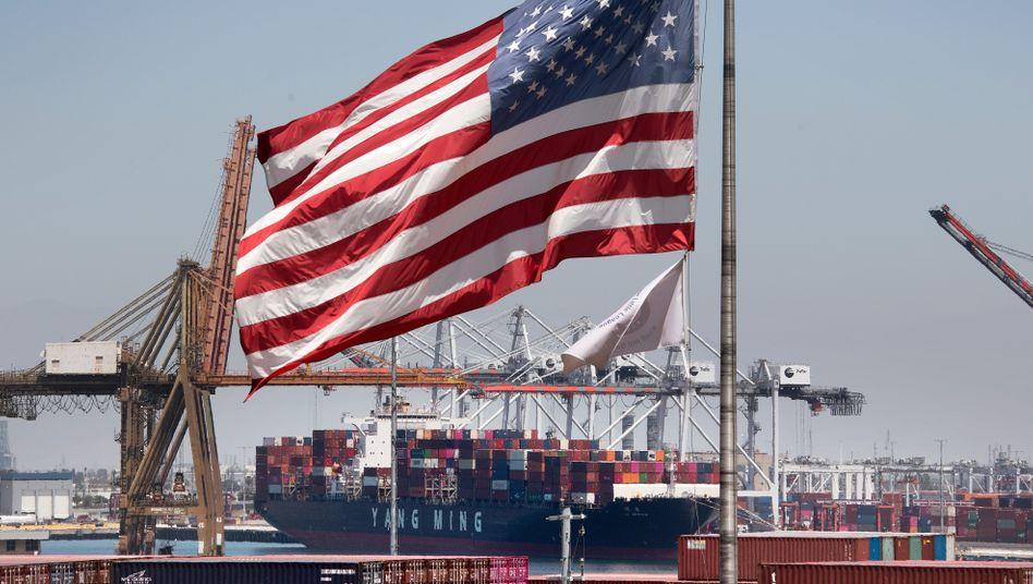 Containerfracht aus Asien im Hafen von Long Beach, Kalifornien