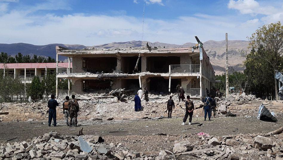 Ein Gebäude des Inlandsgeheimdienstes nach dem Autobombenanschlag in der Stadt Aybakim Nordosten Afghanistans