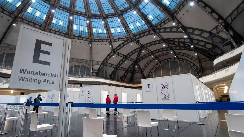 Zum Impfzentrum umgebaute Festhalle in Hessen