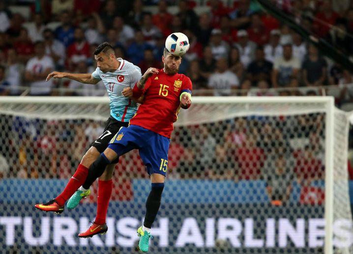 Burak Yilmaz verliert das Kopfballduell gegen Sergio Ramos