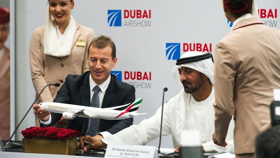 Airbus-Chef Guillaume Faury und Emirates-CEO Scheich Ahmed Ibn Said al-Maktum bei der Vertragsunterzeichnung