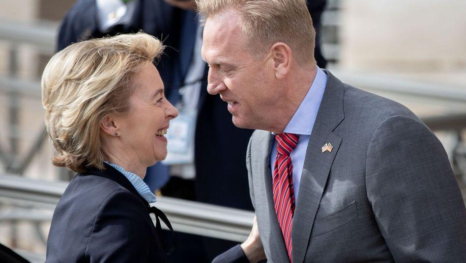 Freundliche Begrüßung: Ursula von der Leyen (CDU) wird von US-Verteidigungsminister Patrick Shanahan empfangen.