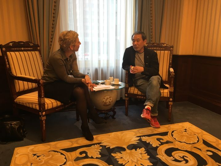 """Murakami beim SPIEGEL-Gespräch mit der Redakteurin Claudia Voigt in Berlin: """"Hochachtung ist eine Bürde für mich"""""""