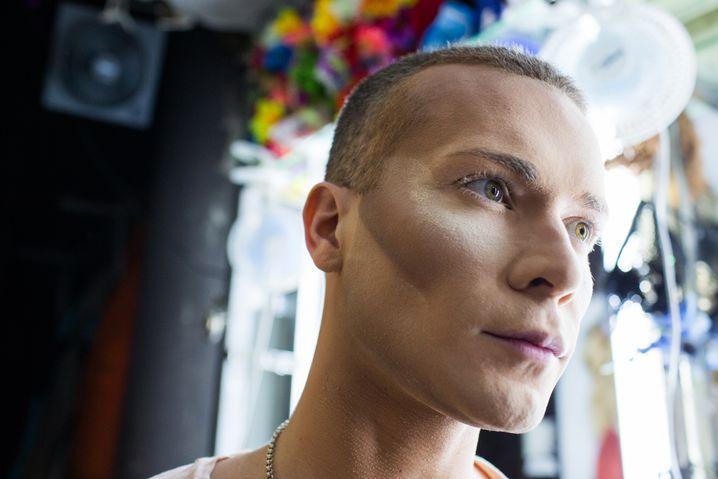 Ilja, nachdem er Makeup aufgetragen hat