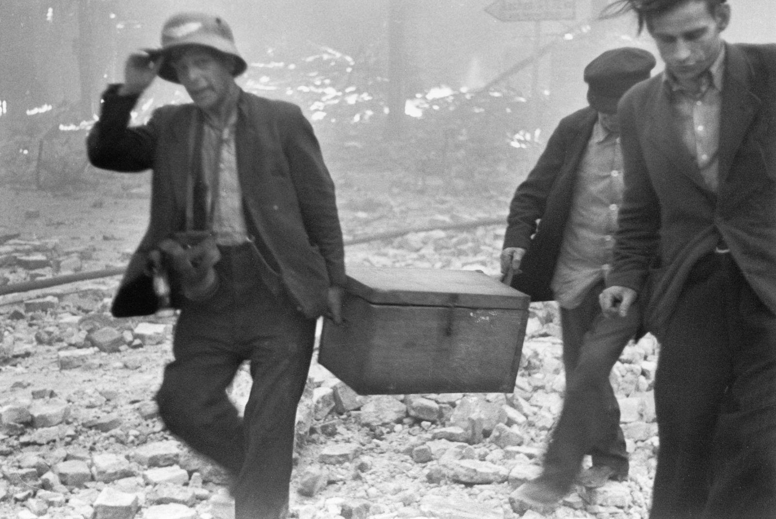 Am Morgen nach einem schweren Luftangriff der Alliierten -