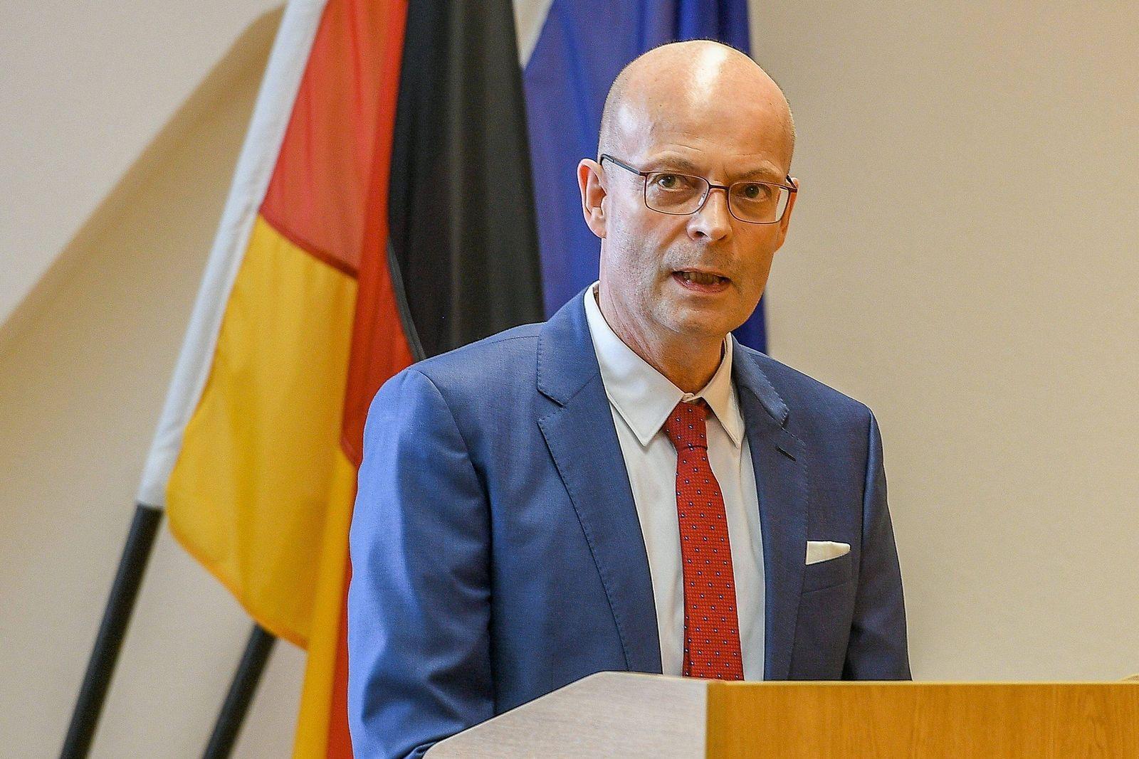 Dr. Bernd Wiegand (Oberbürgermeister Halle (Saale),parteilos) bei seiner Rede zur Verabschiedung des Leitender Polizeid