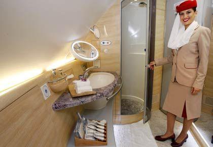 Eine Stewardess im Bad der Ersten Klasse an Bord des neuen Airbus A380: Zwei Sauerstoffmasken sind keine Erlaubnis, zu zweit zu duschen