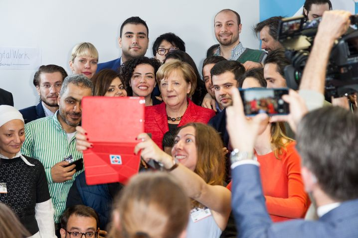 CDU-Politikerin Merkel mit Migranten am 25. April in der ReDI School for Digital Integration in Berlin