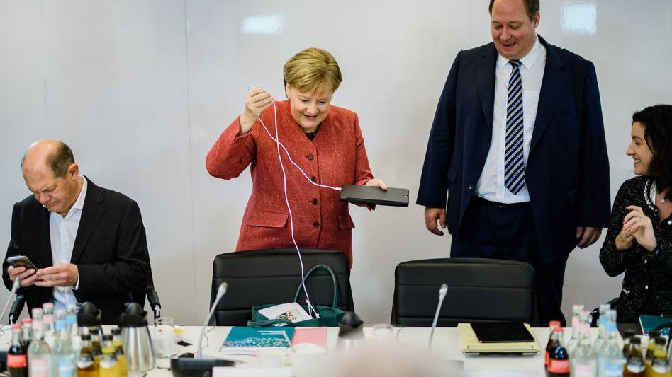 Kanzlerin Merkel zwischen Finanzminister Scholz (l.), Kanzleramtschef Braun und Digitalstaatsministerin Bär