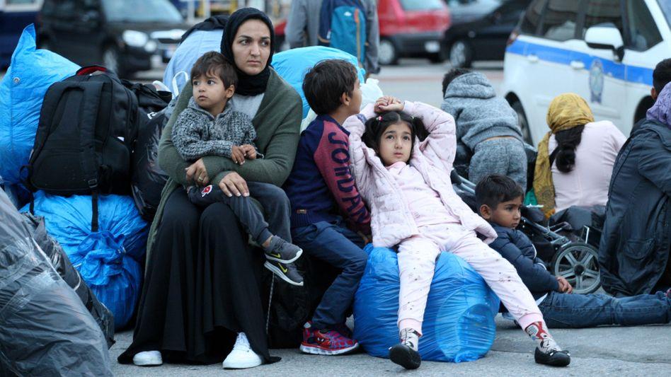 Frau mit kleinen Kindern am Hafen von Piräus in der Nähe von Athen