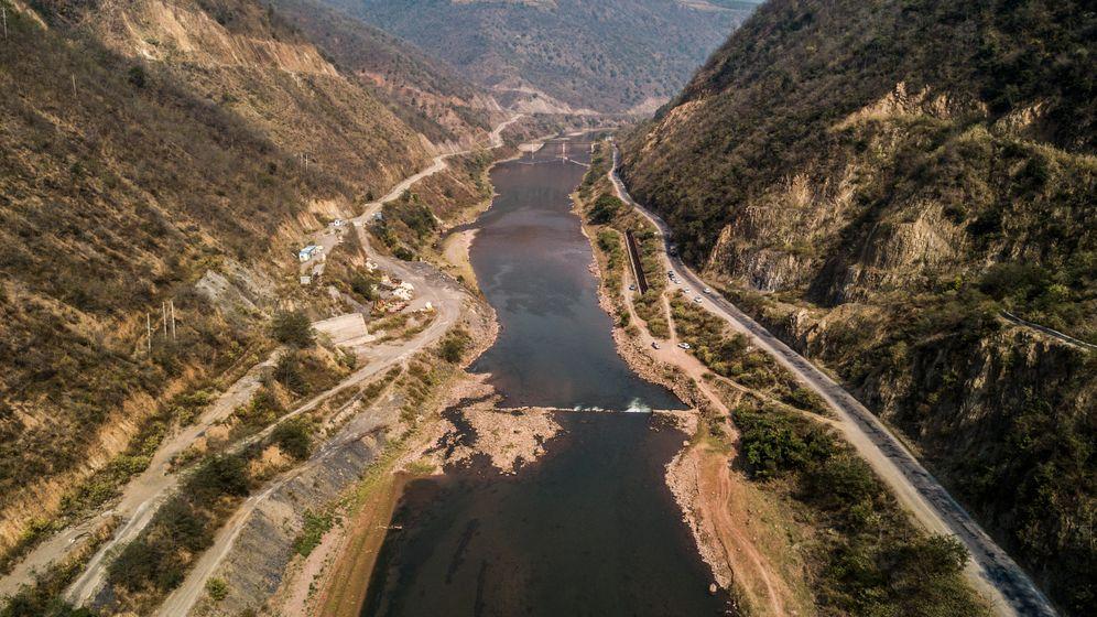 Der Damm ist mittlerweile weitgehend rückgebaut. Wo heute eine kleine Stromschnelle plätschert, hätte sich eine 175 Meter hohe Staumauer erheben sollen.
