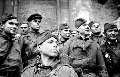 Sowjetische Soldaten posieren nach dem Sturm des Reichstages