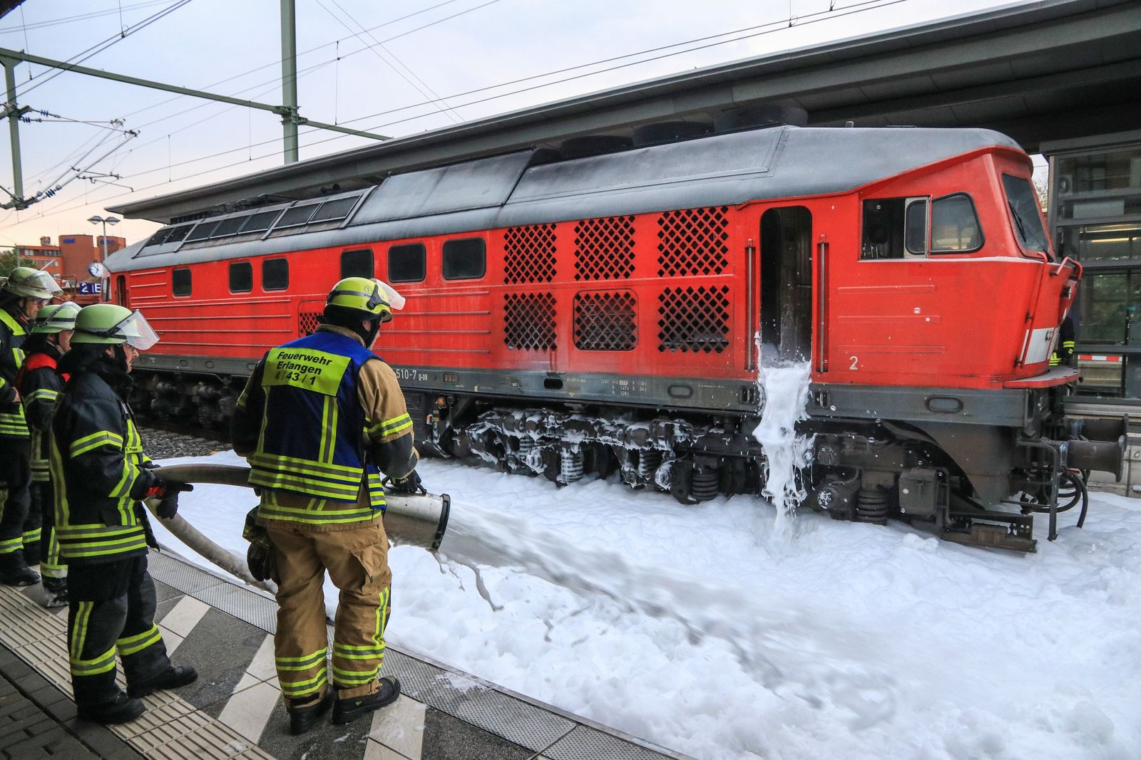 Brennende Diesellok legt Erlanger Hauptbahnhof lahm
