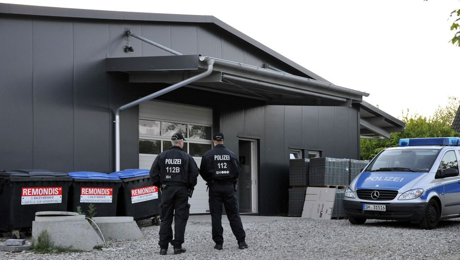 Polizisten vor der Lagerhalle in Altenholz: Erfolglose Suche