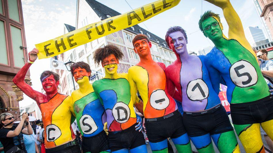 Teilnehmer des Christopher Street Day 2015 in Frankfurt am Main