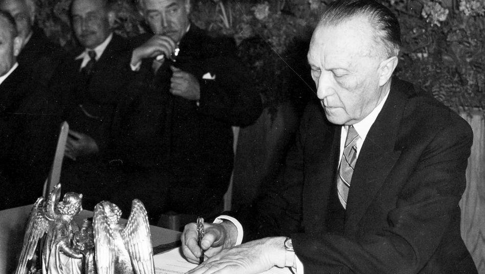 Konrad Adenauer unterzeichnet am 23. Mai 1949 das Grundgesetz